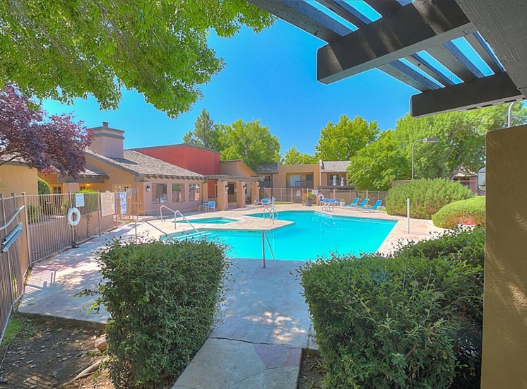 Huge Swimming Pool With Hot Tub at Eagle Point Apartments, Albuquerque, New Mexico