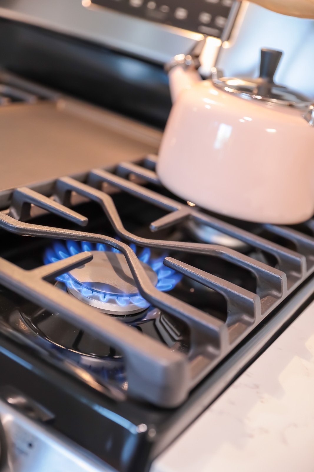 Gas range cooktop with griddle