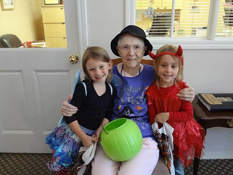 Senior Lady With Kids at Savannah Cottage of Lakeland, Lakeland