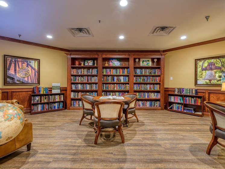 The well-stocked library at Wyndham Lakes.