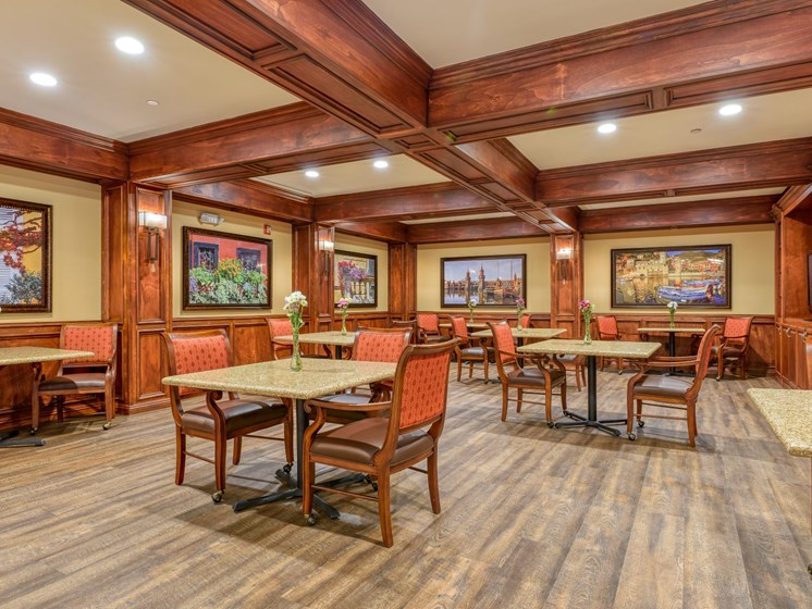 A wider view of the Wyndham Lakes dining room.
