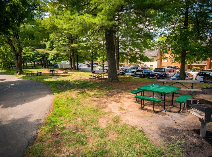 Maplewood Villas Apartments Picnic Area 01