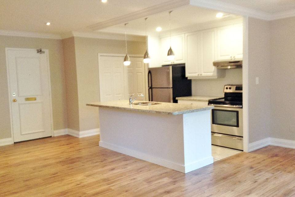 Rockliffe Park Suites in Oakville, ON Modern kitchen with breakfast bar and stainless steel appliances