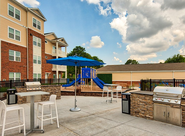 Picnic area with grill at The Choices at Holland Windsor Apartments