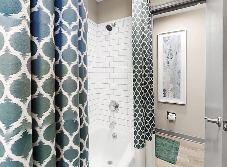 bathroom with tile surround tub/shower