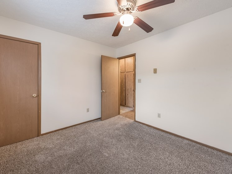 Bedroom With Ceiling Fan at Chatham Village Apartments, Columbus, 48232