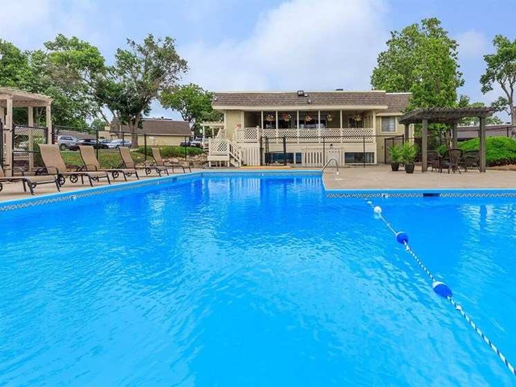 Arbors of Grandview apartments swimming pool