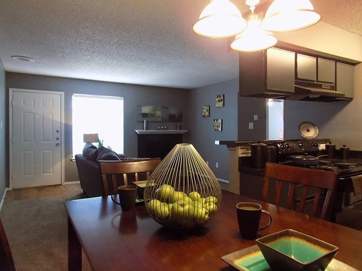 dining area at Summit on the Lake apartments