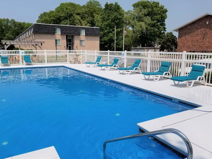 poolside seating at Lakecrest Apartments