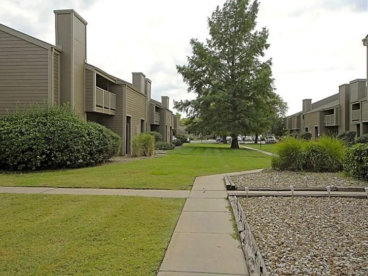 MacArthur's Lake Apartments in Wichita KS