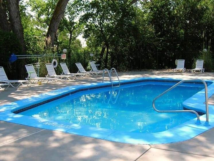MacArthur's Lake Apartments swimming pool