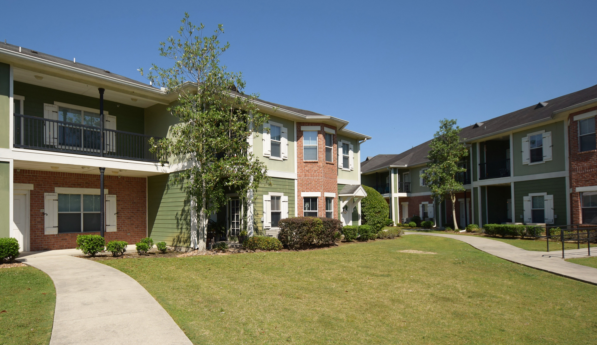 Welcoming Landscaping at Highlands of Grand Pointe Apartments in Lafayette, LA