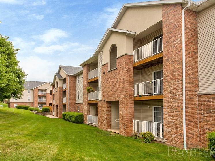exterior building at Quail Creek Apartments