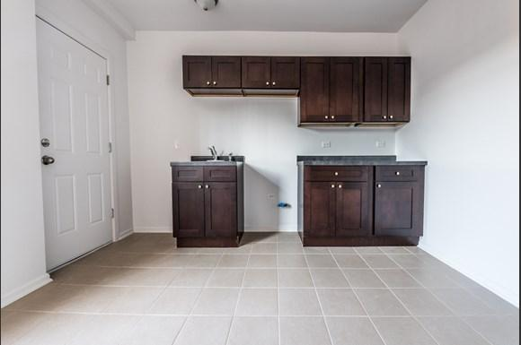 Kitchen of 330 N Pine Ave Apartments in Chicago