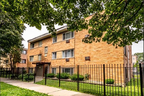 Exterior 8334 S Ellis Apartments in Chicago
