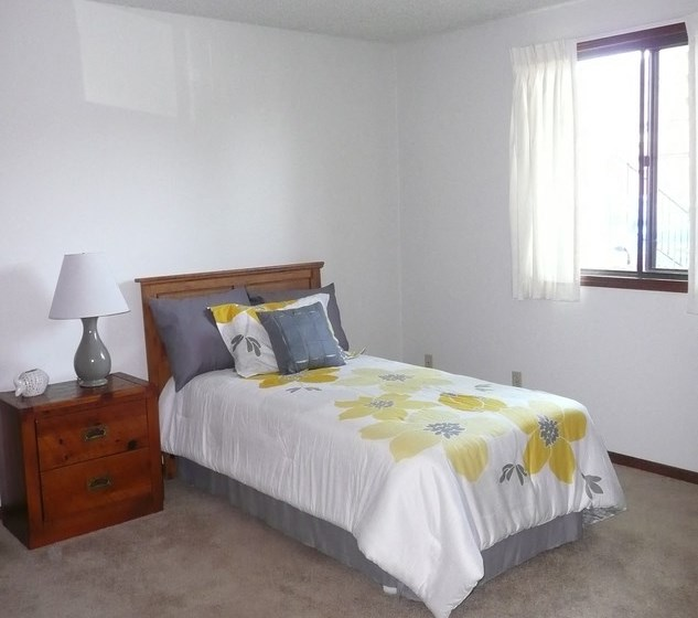 Beautiful Bright Bedroom at Parkside Manor, Coralville