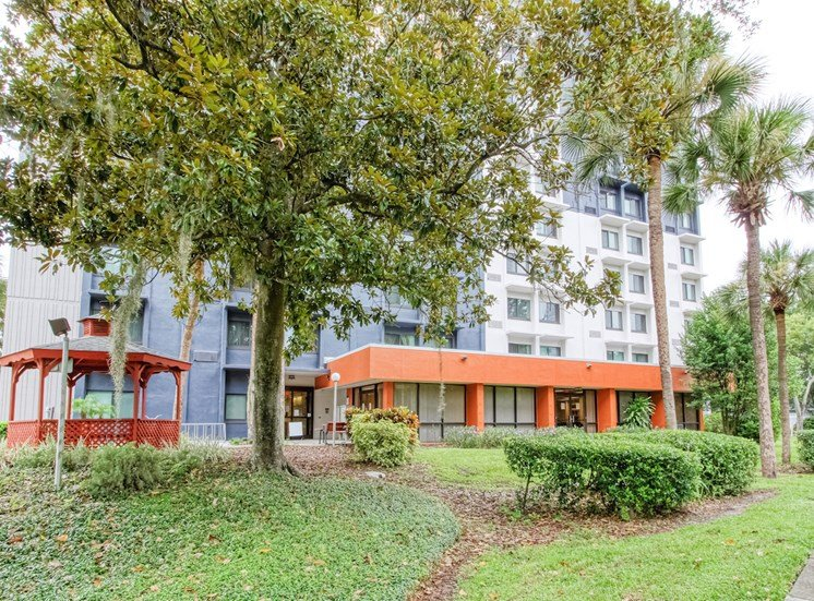 lushly landscaped Orlando Cloisters Apartments in Orlando, FL