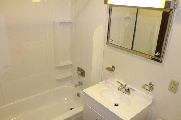 Parkside Apartments - Full Bathroom