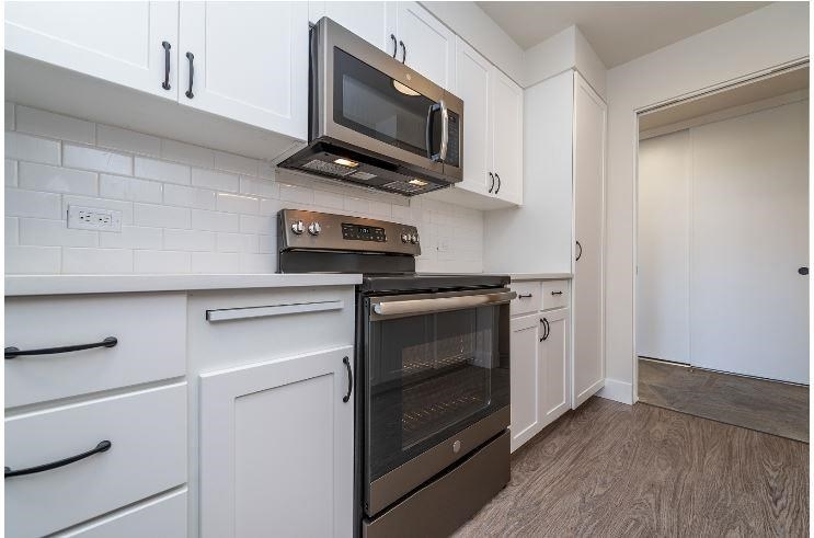 Electric Range In Kitchen at Parkview Apartments, Boise, 83706