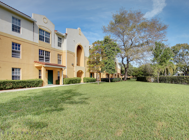 beautifully landscaped courtyards at Crystal Lake Apartments