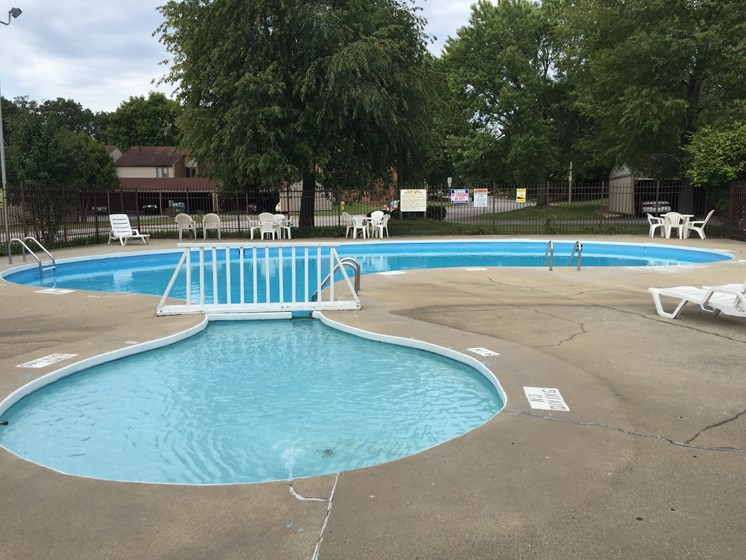 Hot Tub And Swimming Pool at Walnut Trails Apartments, Indiana