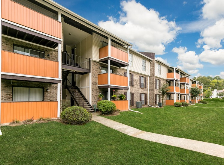 well-maintained crestwood apartments
