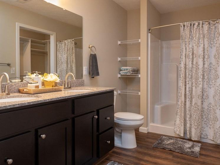 Battle Creek Michigan Apartment Rentals Redwood Living Redwood Battle Creek Bathroom