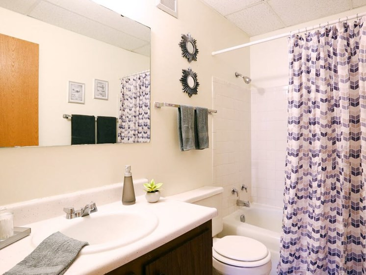 nice bathroom at Town & Country apartments