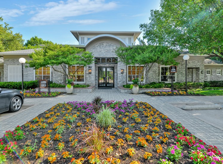 Lush landscaping at entrance to Greysons Gate in North Dallas, TX, For Rent. Now leasing 1, 2 and 3 bedroom apartments.