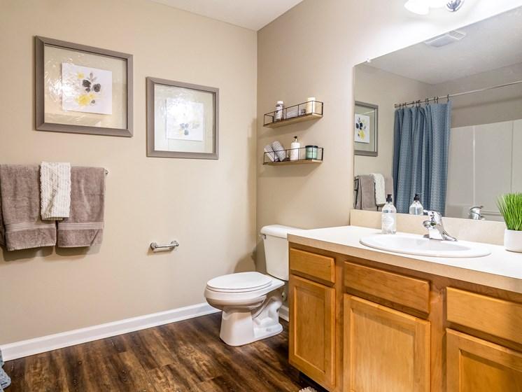 Perrysburg Ohio Apartment Rentals Redwood Living Redwood Perrysburg Woodmont Drive  Bathroom