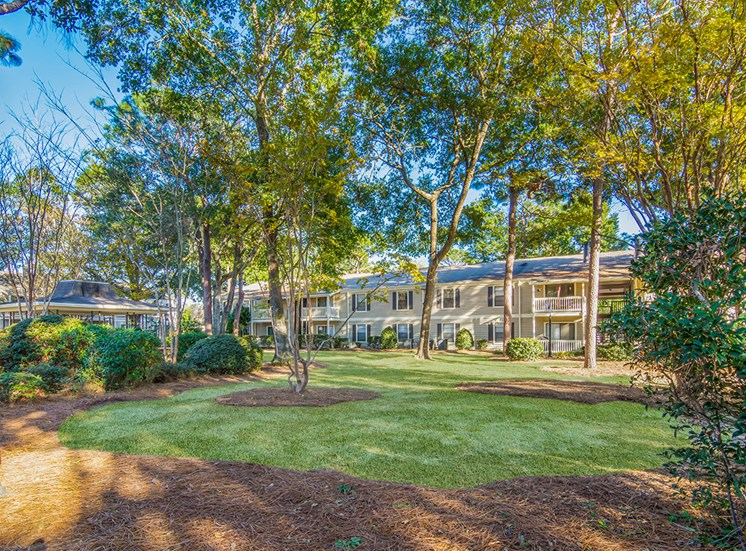 Woodcliff apartments with naturally landscaped grounds in Pensacola, Florida