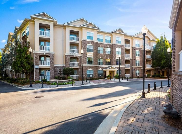 Clean, manicured apartment community in Atlanta