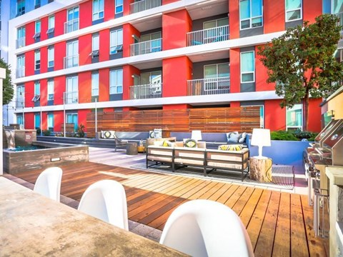 outdoor resident lounge/grill area