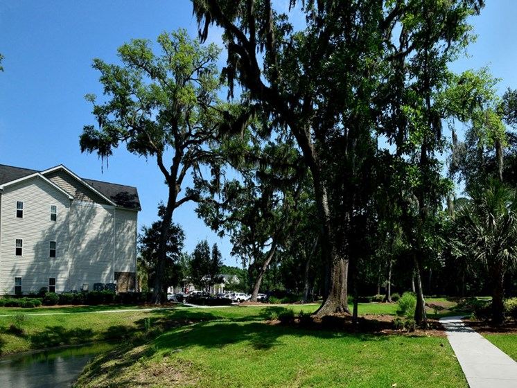 Courtyard Garden Space at Abberly Pointe Apartment Homes by HHHunt, Beaufort, South Carolina