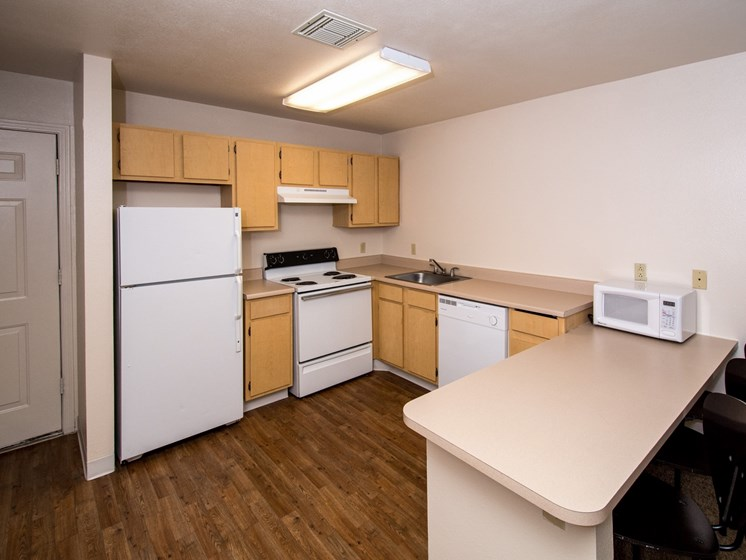 3 Bedroom Apartment Full Kitchen with Microwave