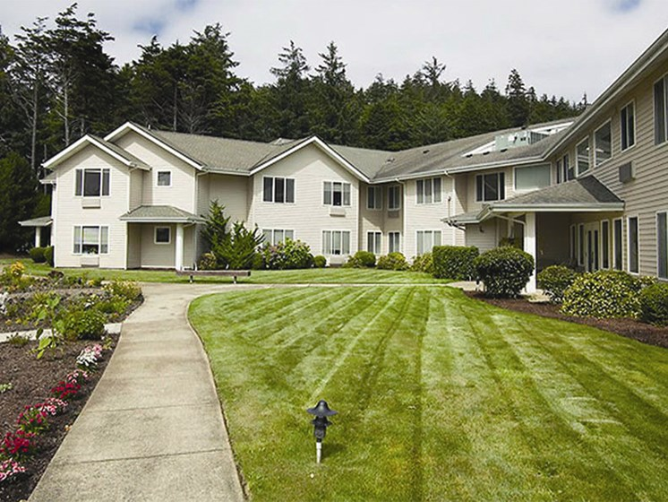 Courtyard With Green Space at Oceanview Senior Living, Newport, OR, 97365