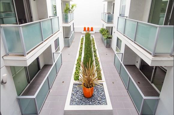 Santa Monica Luxury Apartment 1427 7th courtyard