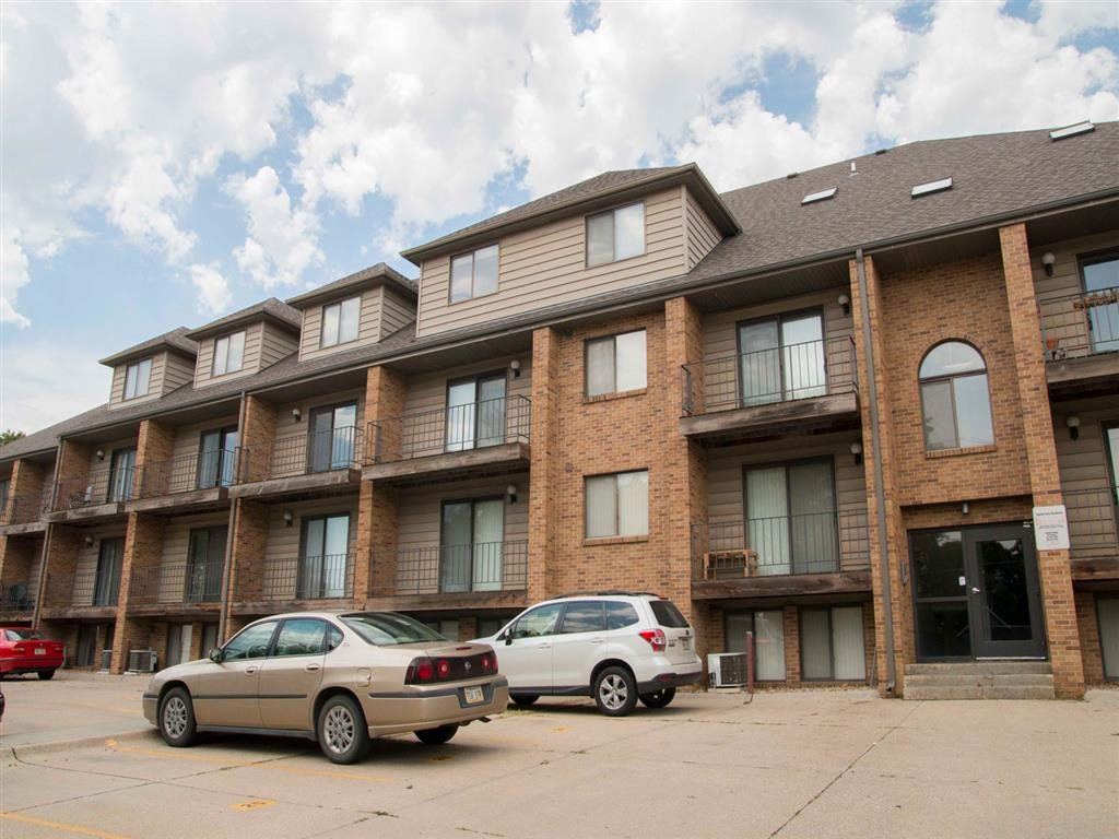 side of front view at Capitol View Apartments in Lincoln Nebraska