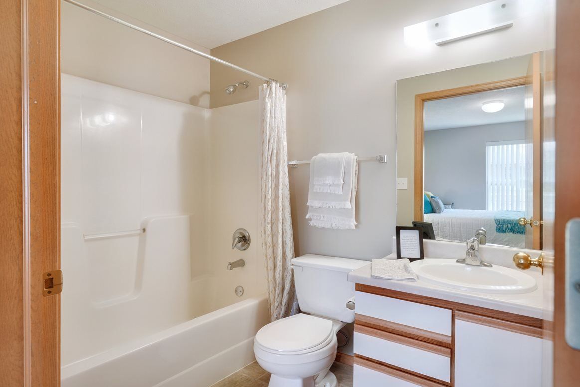 master bathroom with tub/shower combo and vanity for storage