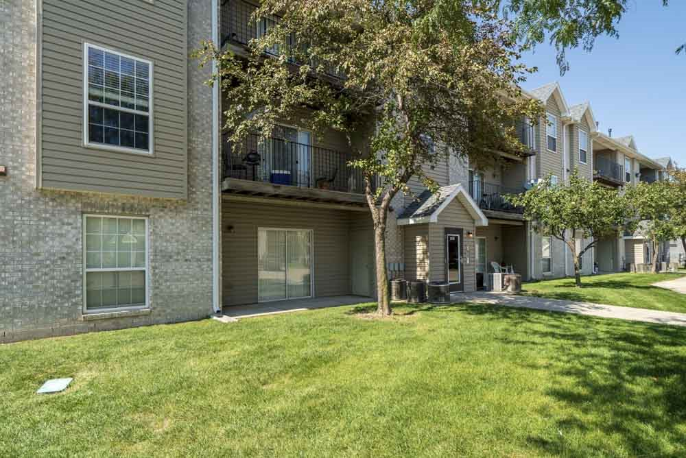 Greenspace around exterior at Eagle Run Apartments in northwest Omaha 68164