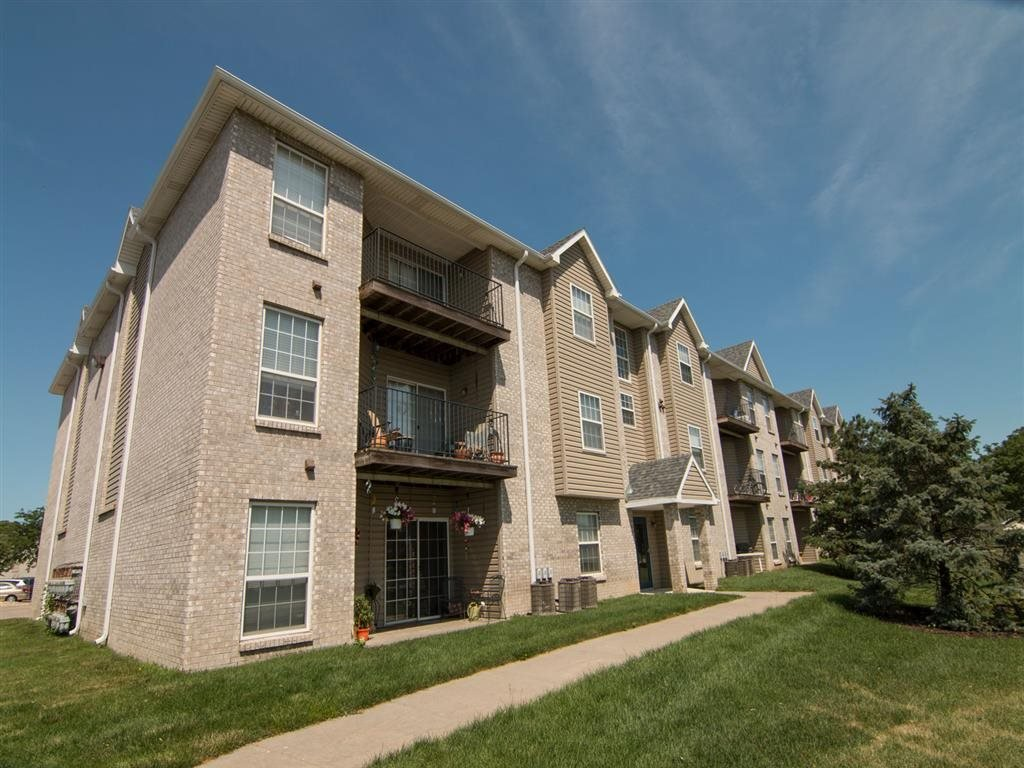 Exterior view of Eagle Run Apartments in Omaha NE