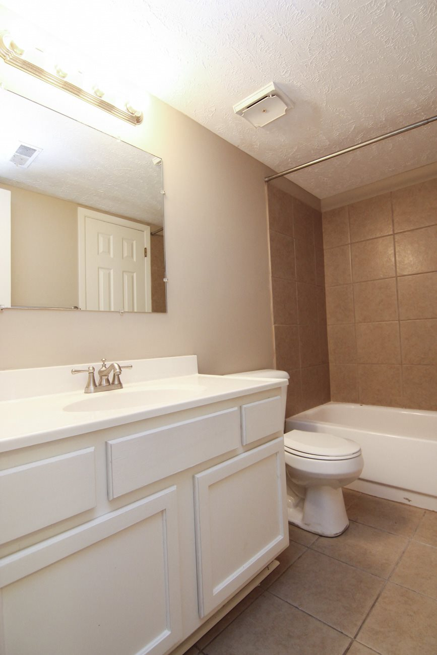 Bathroom with bathtub at Place 72 Apartments