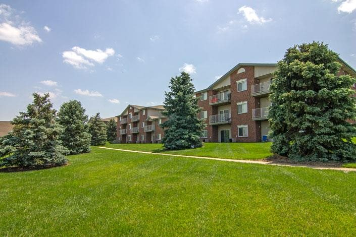 Northridge Heights Apartments lawn with Building View in Lincoln NE