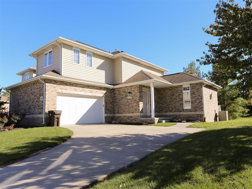 View of Stone Ridge Estates' duplexes for rent in south Lincoln NE with two-car garage