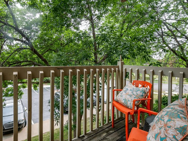 Lenexa KS apartments with balcony/patio