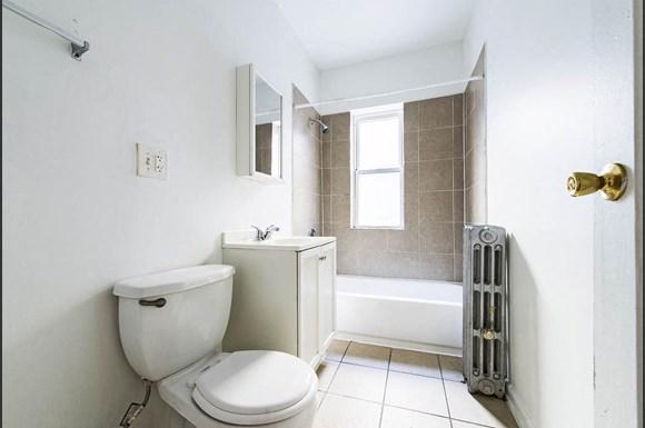 4815 W Cortez St Apartments Chicago Bathroom
