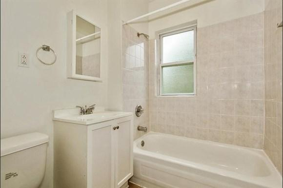 11250 S Indiana Ave Apartments Chicago Bathroom