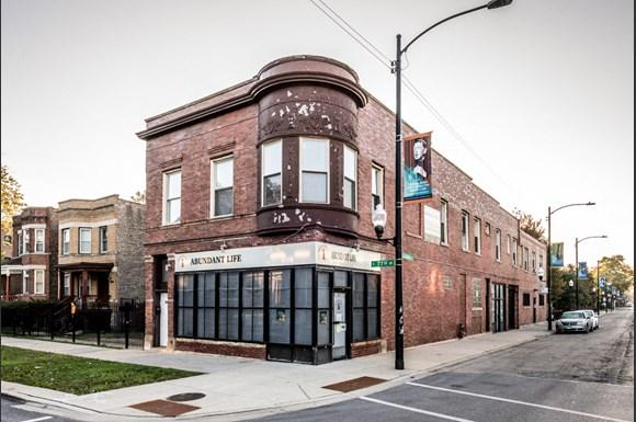 South Shore Apartments for rent in Chicago | 2817 E 77th St