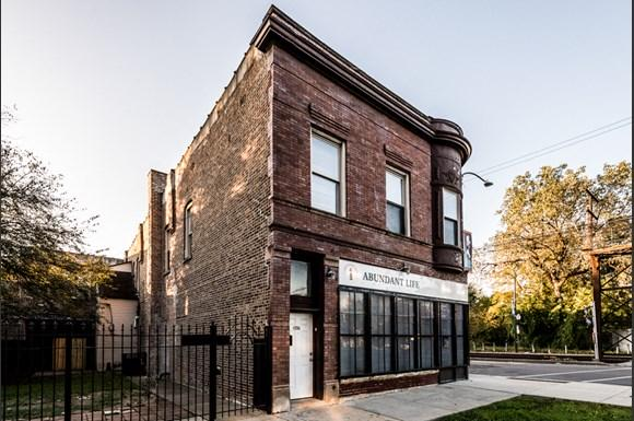 South Shore Apartments for rent in Chicago   2817 E 77th St