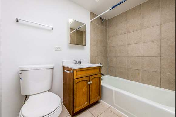Maywood Apartments for Rent   2115 S 4th Ave Bathroom